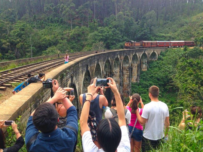 射击在九曲拱Brige埃拉镇的一列火车 免版税库存照片