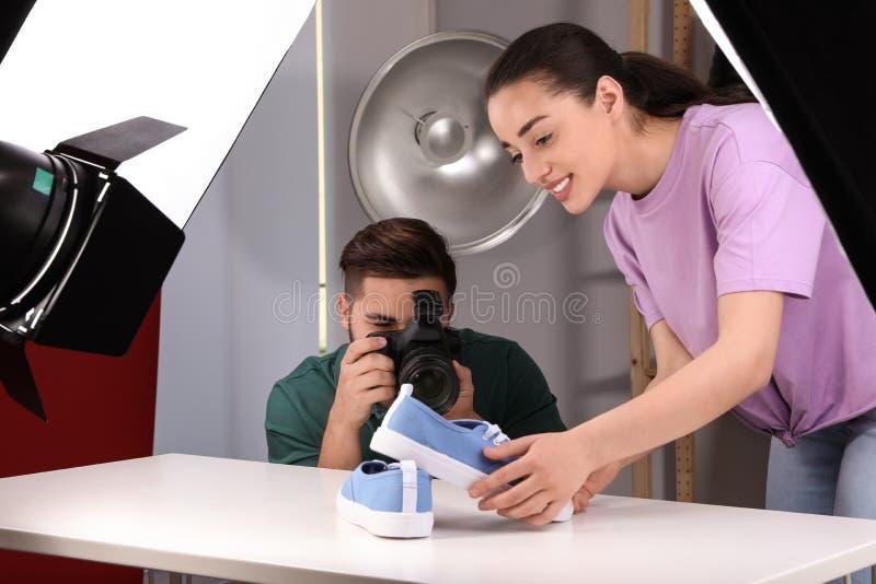 射击时髦的鞋子的专业摄影师 免版税库存照片