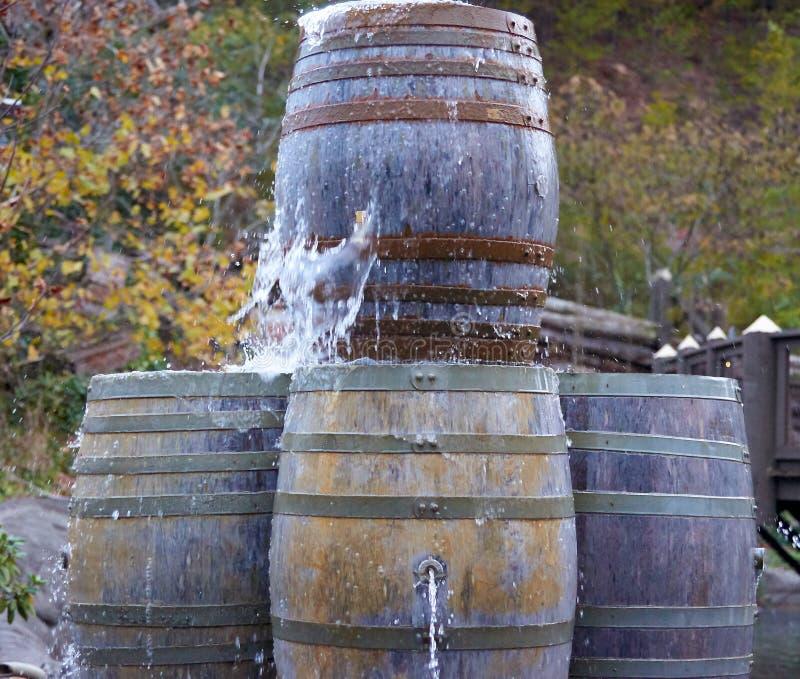 射击水的土气老桶在上面外面 免版税库存照片