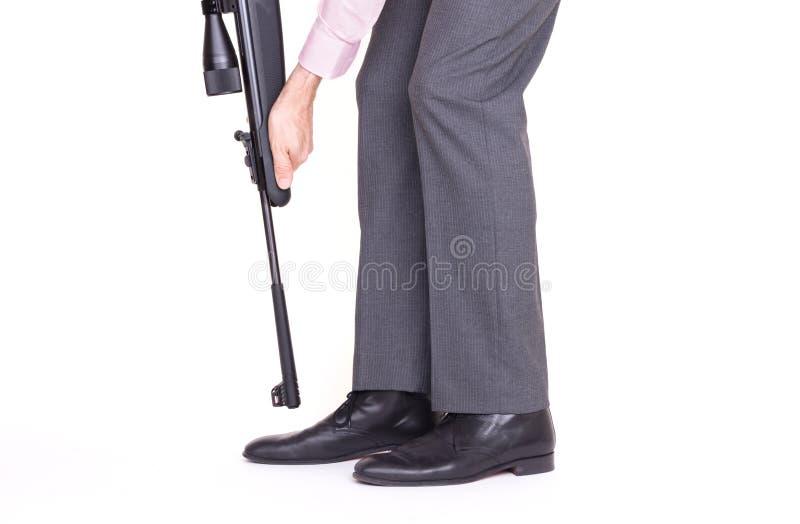 射击的商人在与步枪的脚 库存图片