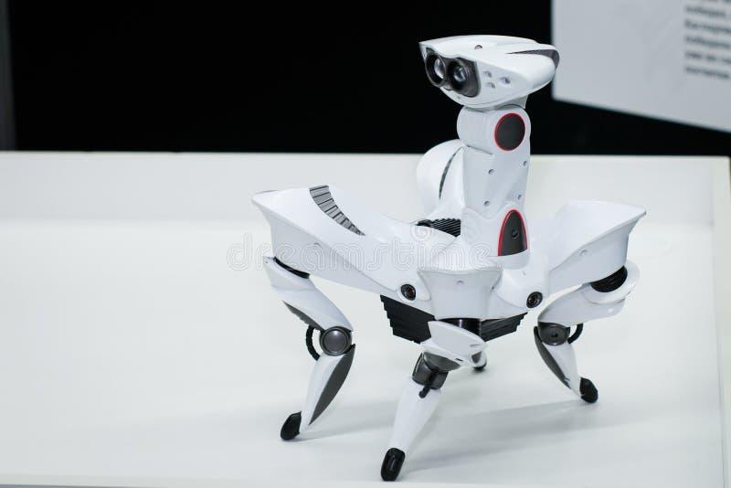 射击的现代白色未来派有人的特点的机器人关闭 白色蜘蛛机器人关闭 免版税库存照片