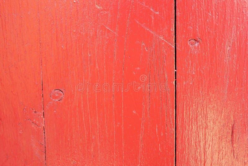 射击的红色被绘的,破裂的松木板关闭 免版税库存照片