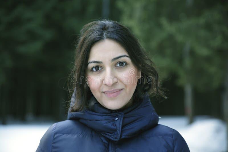 射击一个美丽的亚美尼亚女孩在森林里 免版税库存照片