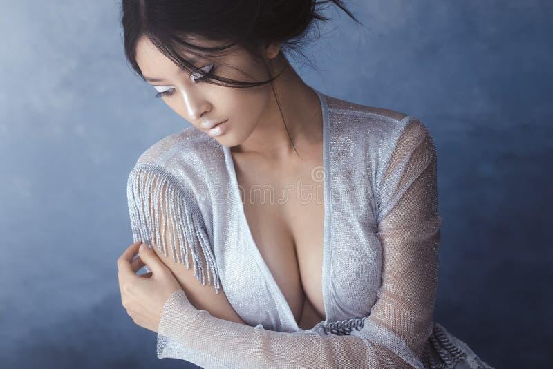 射击一名未来派嫩年轻亚裔妇女 库存图片