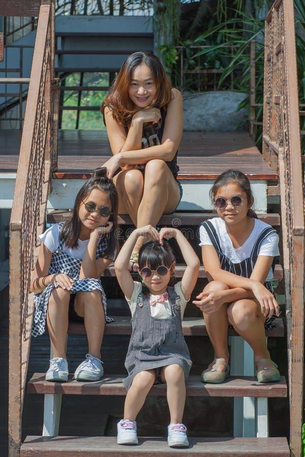 射击亚洲孩子和妇女画象在生活方式 库存照片
