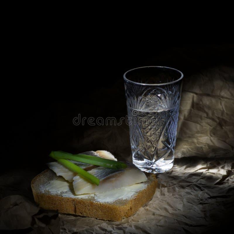 射击伏特加酒和快餐 免版税库存照片