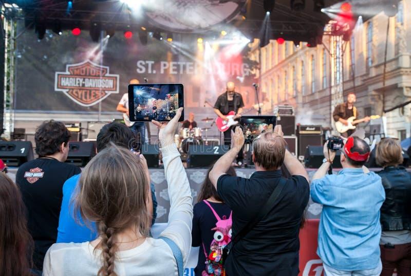 射击在您的移动设备的观众一个音乐会摇滚乐队 图库摄影