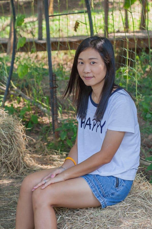 射击在生活方式的亚洲妇女画象在gardenà ¹ ƒ 免版税库存照片