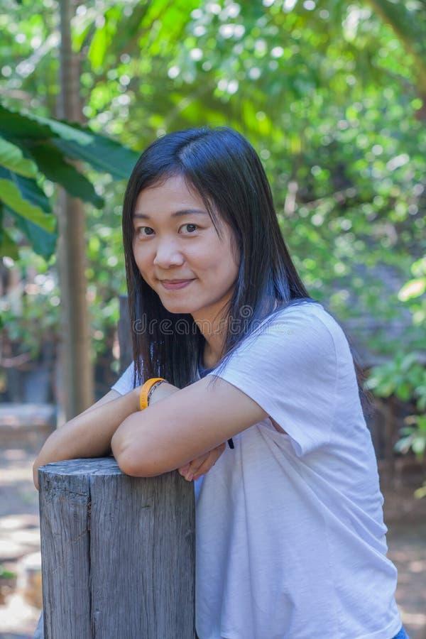 射击在生活方式的亚洲妇女画象在gardenà ¹ ƒ 库存照片