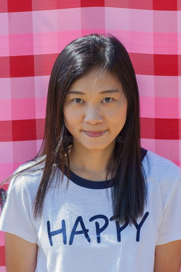 射击在生活方式的亚洲妇女画象在gardenà ¹ ƒ 免版税图库摄影