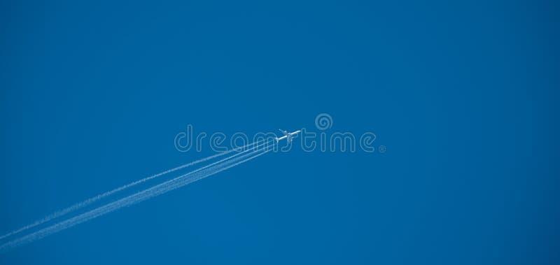 射击在蓝天的喷气机上流 库存图片