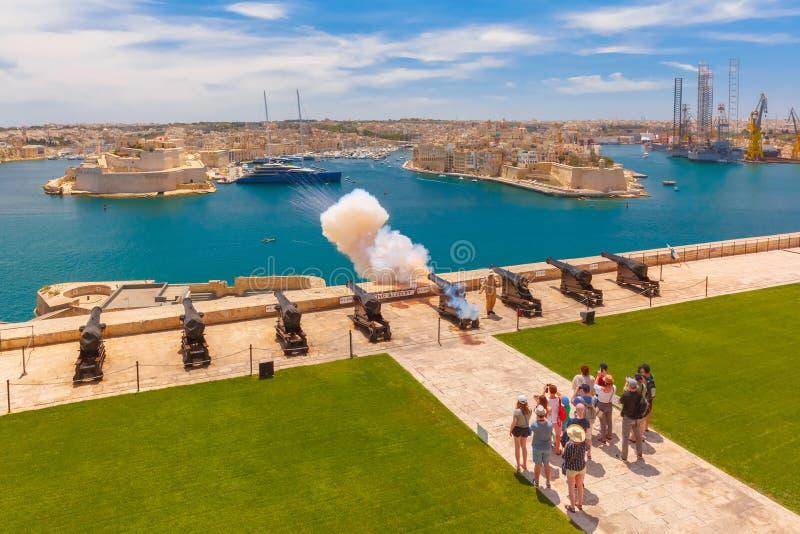 射击从大炮在瓦莱塔,马耳他 免版税库存照片
