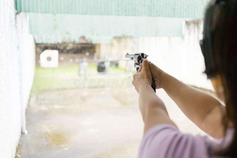 射击目标的妇女 免版税库存照片