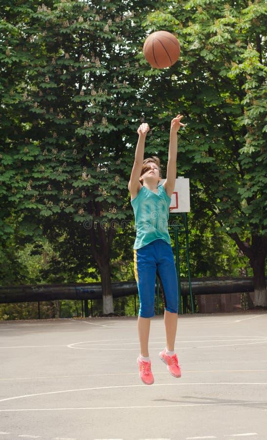 射击篮球的女孩 免版税图库摄影