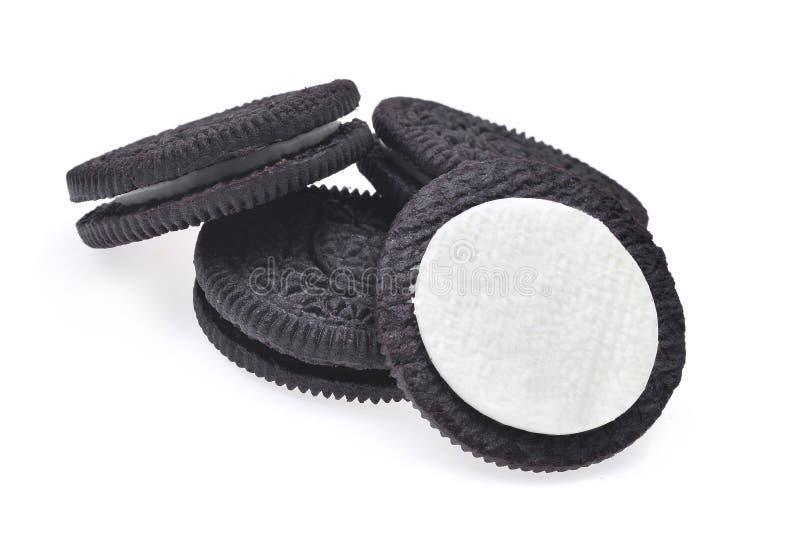 将与在白色backgrou隔绝的奶油的巧克力曲奇饼夹在中间 免版税库存照片