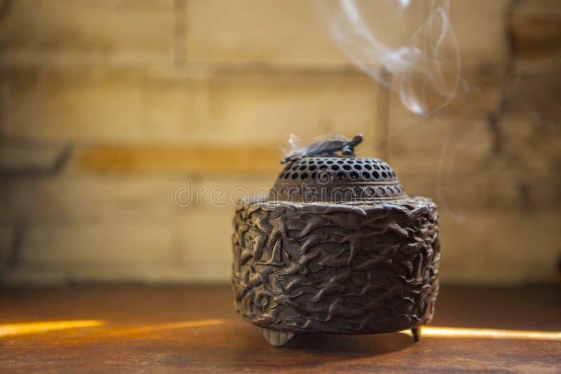 将使用檀香木烤箱,汉语新春佳节,当进贡,香火和祈祷上帝` s装置的, 免版税库存图片