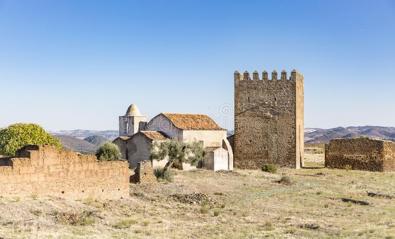 尊敬塔和在Noudar城堡, Barrancos,葡萄牙里面的教会 免版税库存图片