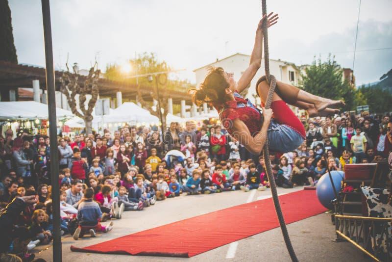 小丑展示平衡绳尾绳 库存照片