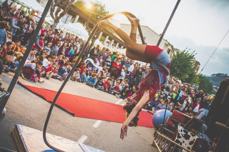 小丑展示平衡绳尾绳 免版税库存图片