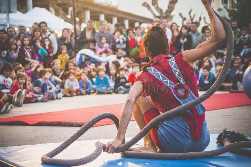 小丑展示平衡绳尾绳 免版税库存照片