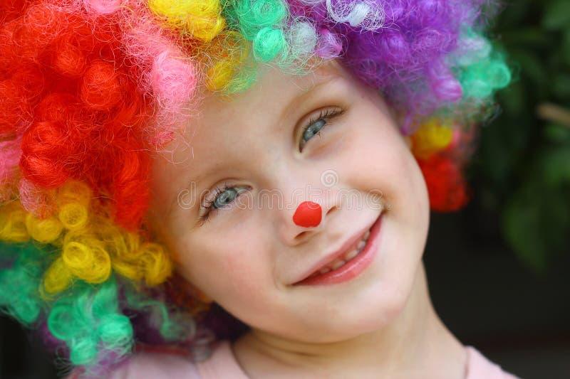 小丑服装的微笑的孩子 免版税库存图片