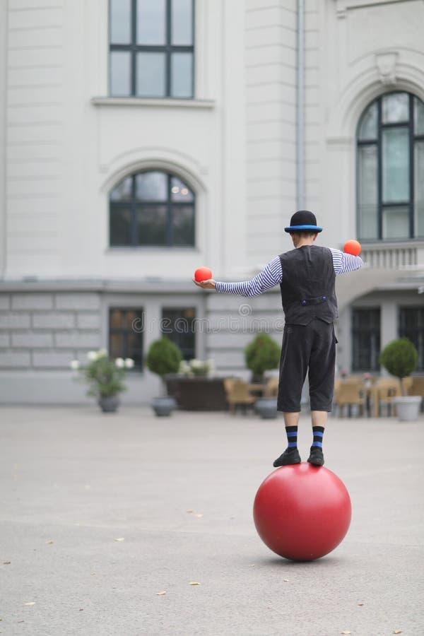 小丑玩杂耍与小球, 免版税图库摄影