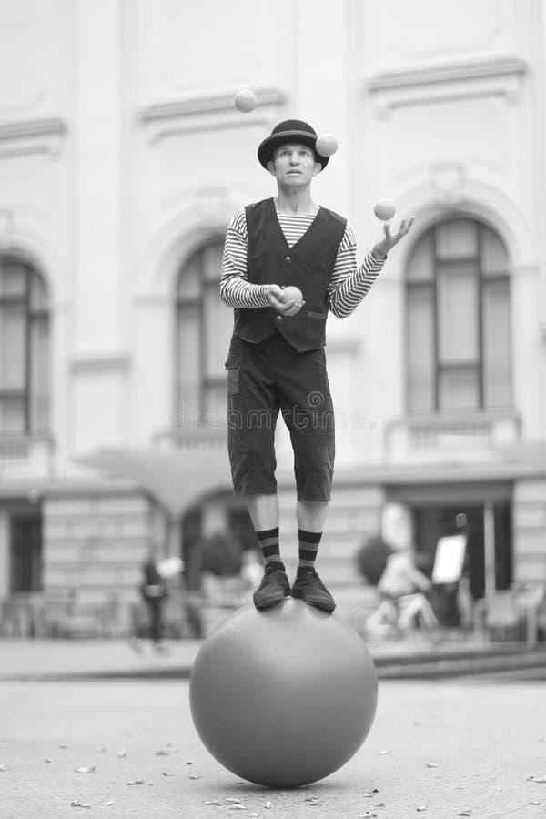 小丑玩杂耍与小球 库存照片