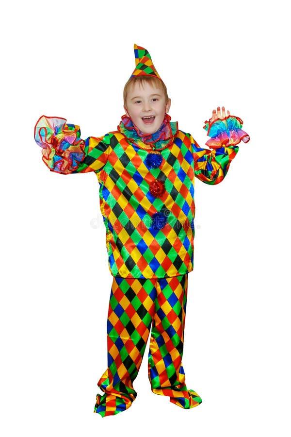 小丑衣服的六岁的滑稽的逗人喜爱的跳舞男孩 没有假发和构成 隔绝,在白色背景 图库摄影