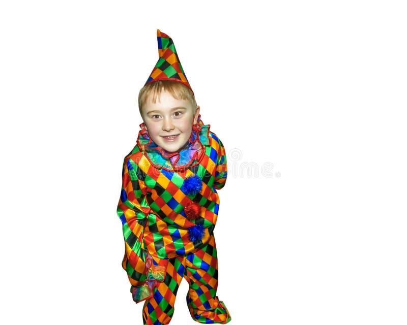 小丑衣服的六岁的滑稽的逗人喜爱的跳舞男孩 ,在白色背景 全高度portret 免版税图库摄影