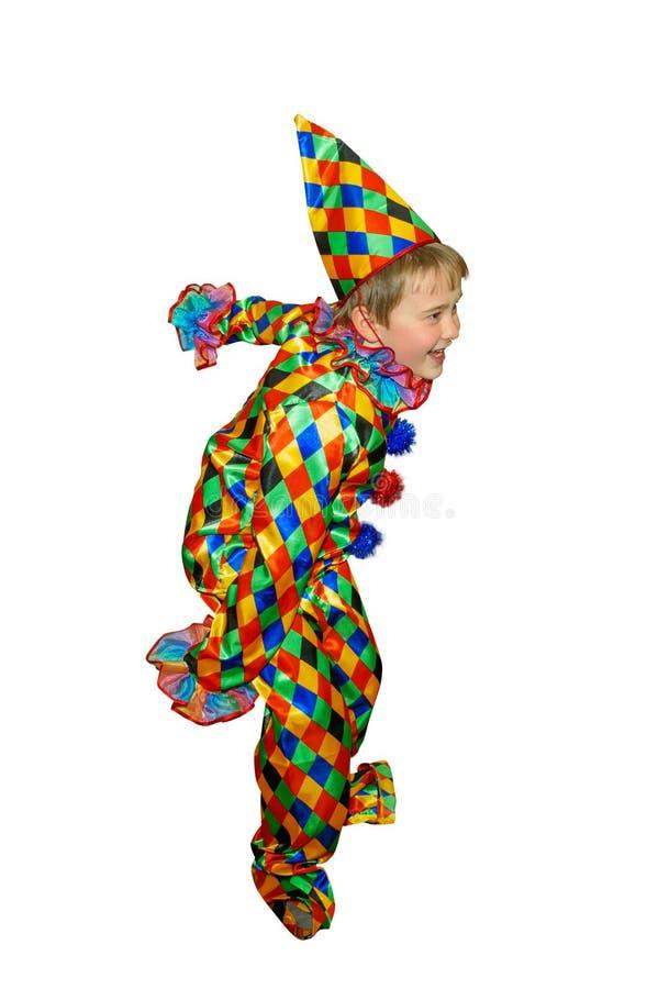小丑衣服的六岁的逗人喜爱的跳舞男孩 没有假发和构成 隔绝,在白色背景 库存图片