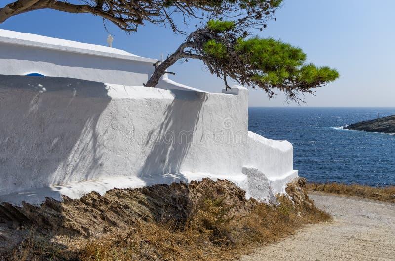 小东正教在基斯诺斯岛海岛,基克拉泽斯,希腊 免版税库存图片
