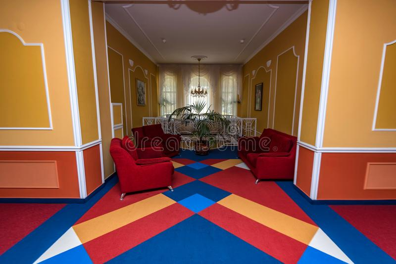 小五颜六色的舒适大厅在现代旅馆里 库存照片