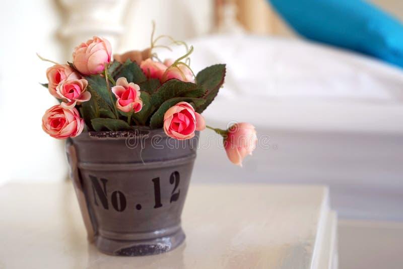 小人为桃红色玫瑰 图库摄影