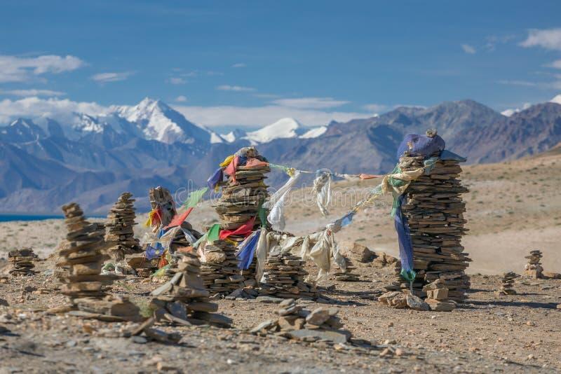 小佛教stupas,组成由与佛教祷告旗子的灰色石头在hil顶部 免版税库存图片