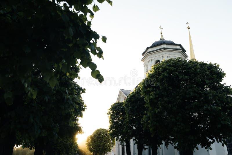 小俄国教会在日落的公园 免版税库存照片