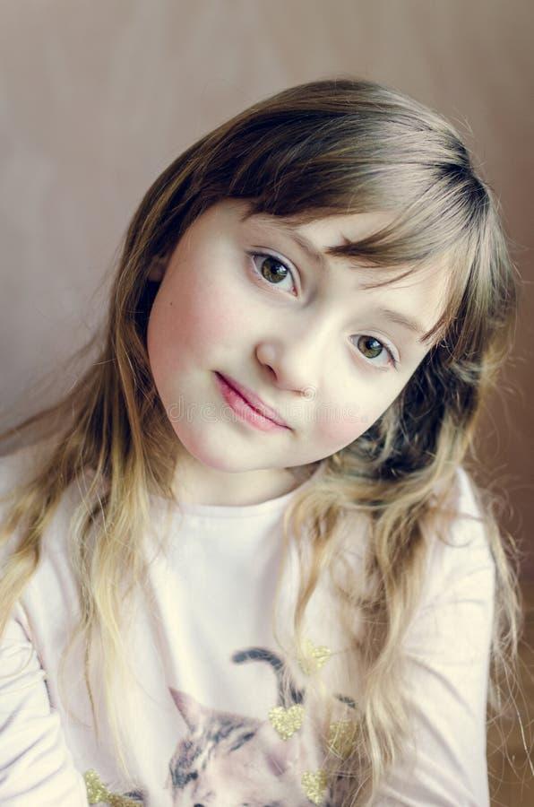 小俏丽的女孩的画象 免版税图库摄影