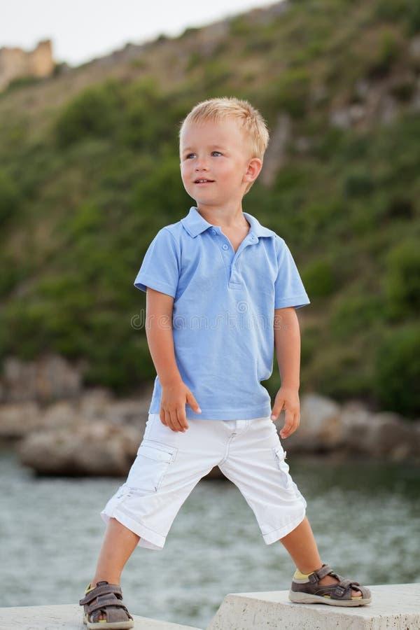 小俏丽的男孩画象海滩的,夏天 免版税图库摄影