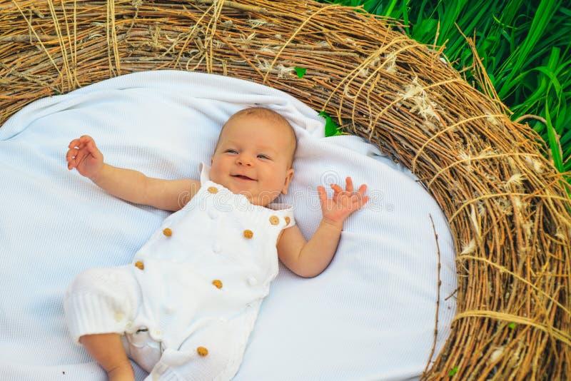 小儿床的小婴孩 醒新出生的婴孩 小女孩或男孩 新出生的哺养的日程表 哺养您新出生在要求时 使用 库存图片