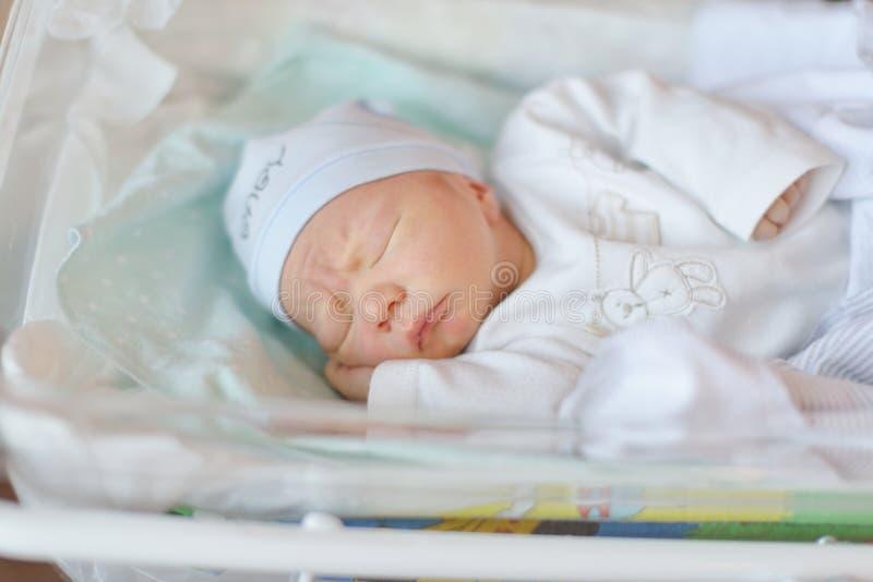 小儿床的新出生的婴孩 库存图片