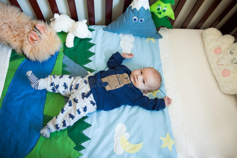 小儿床的婴儿男孩 库存图片