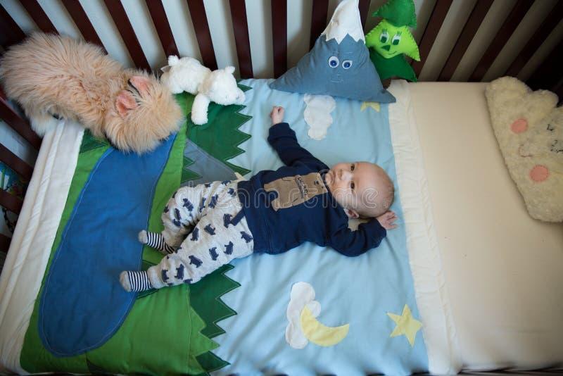 小儿床的婴儿男孩 图库摄影