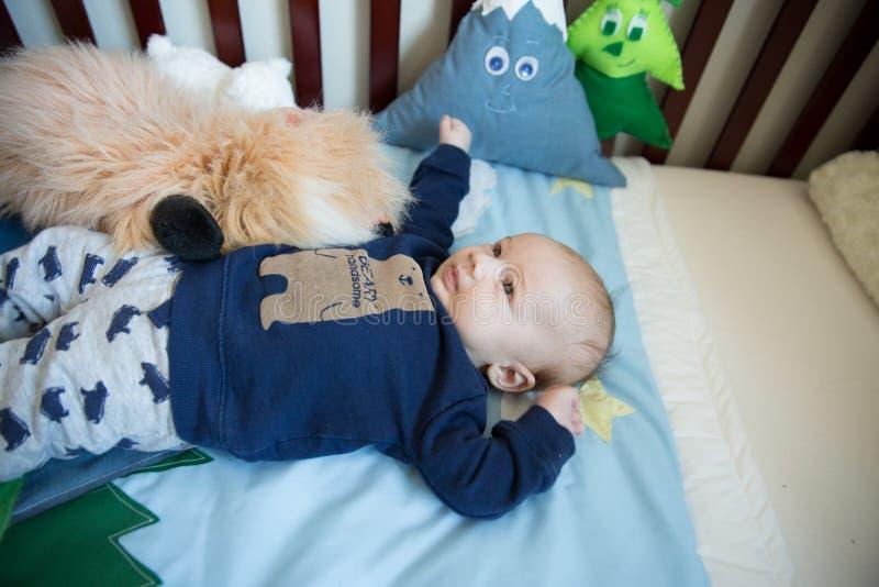 小儿床的婴儿男孩 免版税库存照片