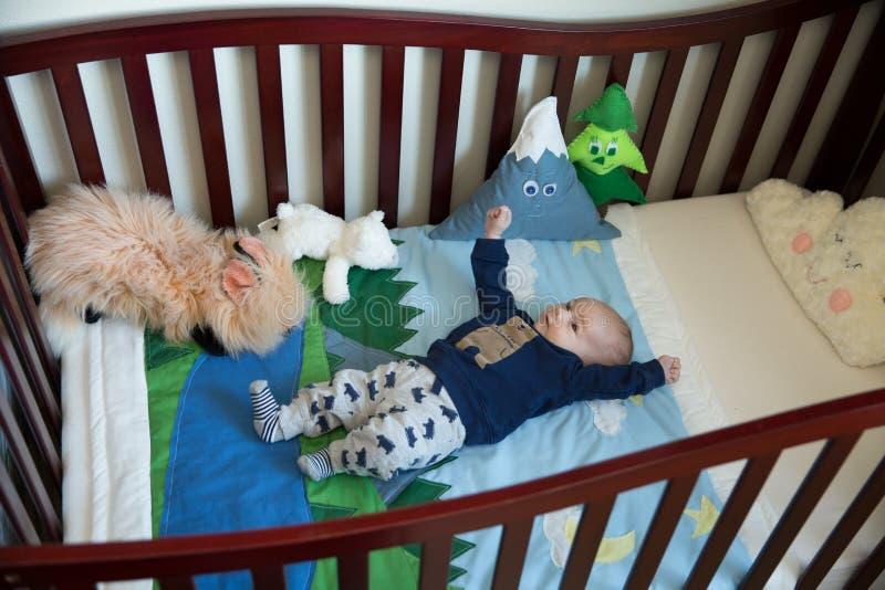 小儿床的婴儿男孩 免版税图库摄影