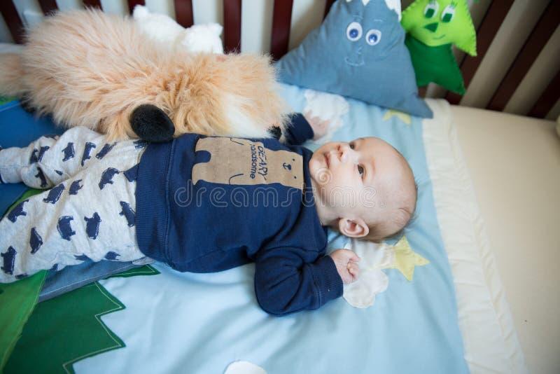 小儿床的婴儿男孩 免版税库存图片