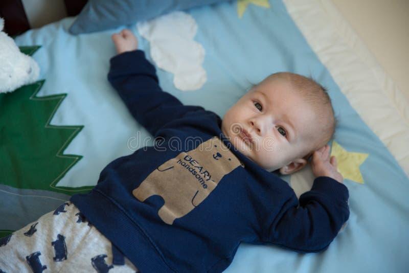 小儿床的婴儿男孩 库存照片