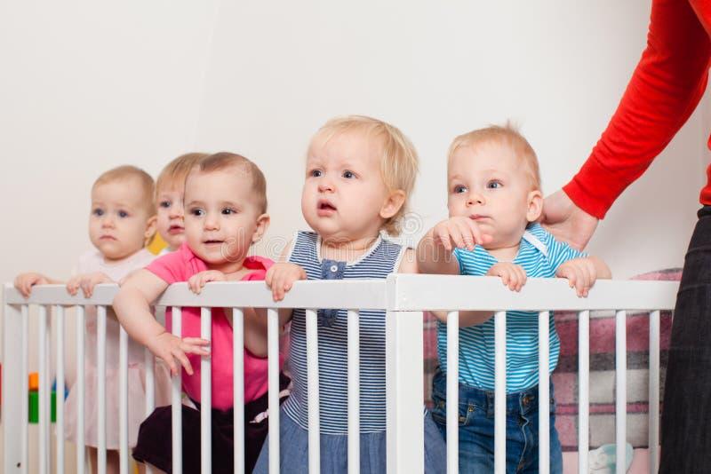 小儿床的婴孩 免版税库存照片