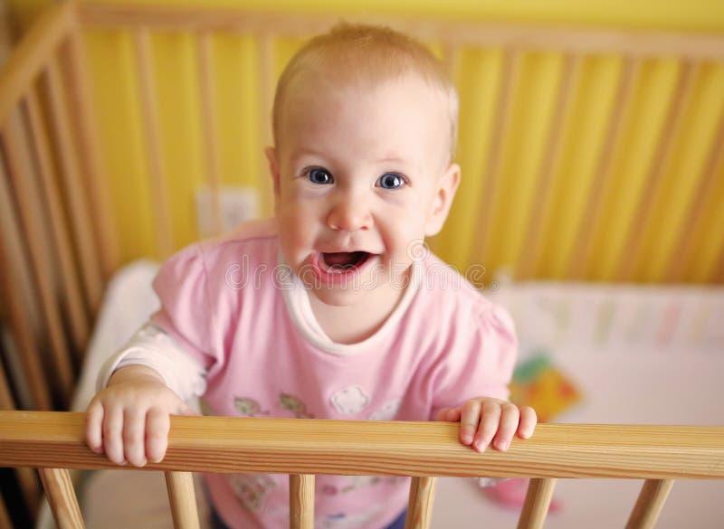 小儿床的Joyfull孩子 免版税库存图片