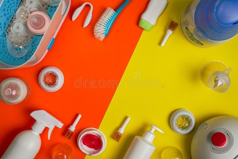 小儿科微型灌肠和白色消毒器钳子,平的位置 库存照片