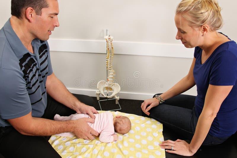 小儿科按摩脊柱治疗者 库存图片