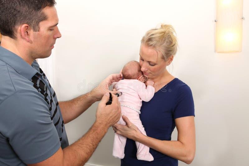 小儿科按摩脊柱治疗者 库存照片